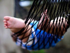 Формирование свода стопы у детей начинается
